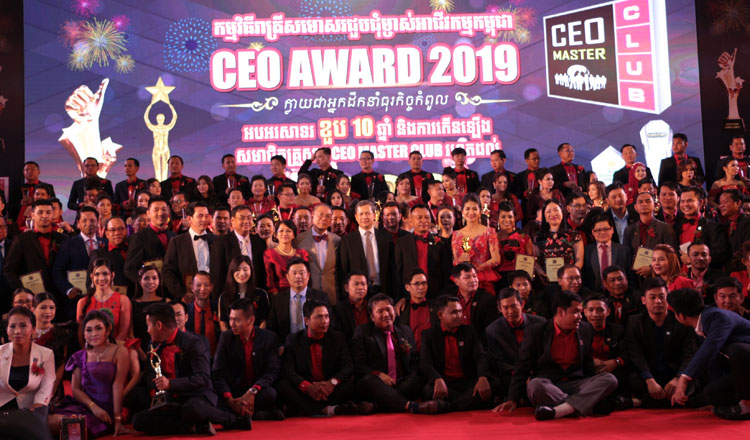 Group-photo-CEO-and-Hun-Manet-1